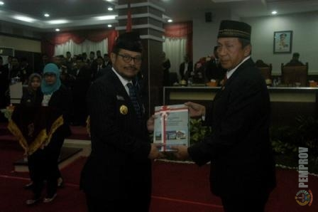 Gubernur Sulsel Menerima Hasil Pemeriksaan BPK di Gedung DPRD Sulsel, Rabu (10/06/2015)