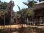 Rumah Adat Toraja di Taman Mini Benteng Sombaopu Makassar Rusak