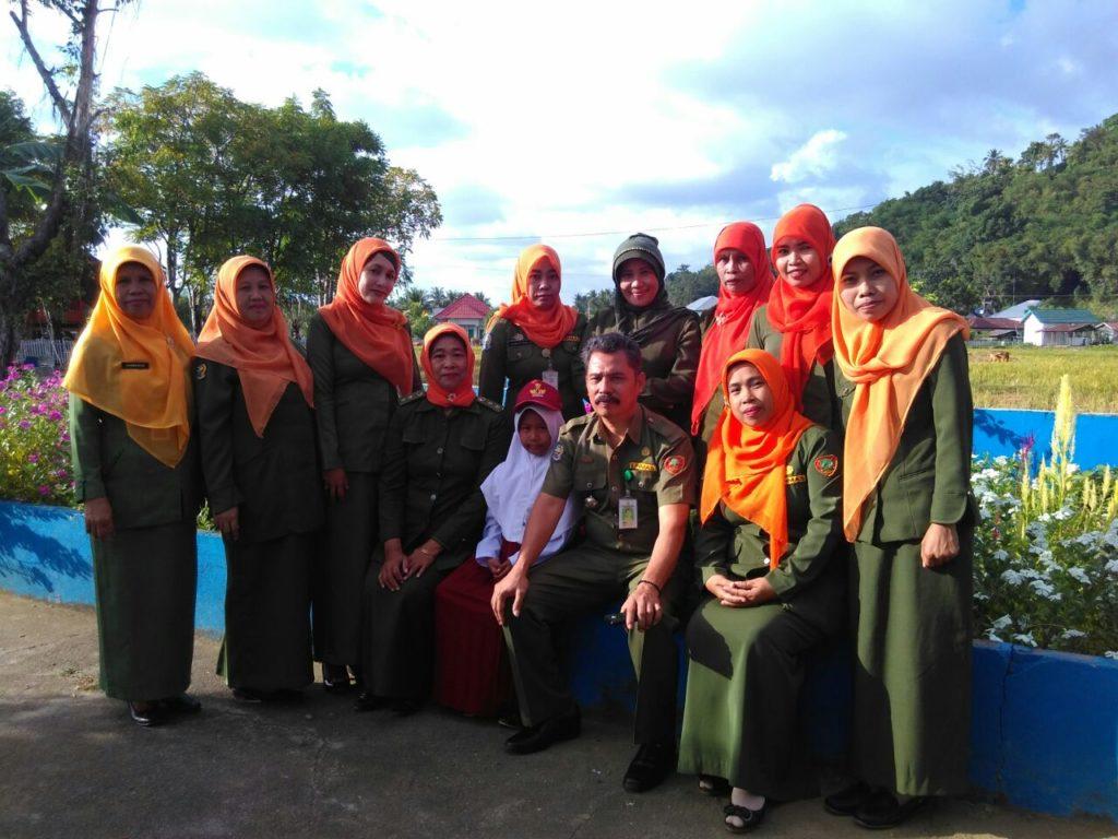 Kepala SDN 31 Panaikang, Sunarti Mustafa (duduk kiri) dan Kepala UPTD Dinas Pendidikan Kecamata Sinjai Timur Muh Kasim, S.Pd (duduk kedua dari kanan) foto bersama dengan para guru dan murid pemenang lomba. (foto::ist)