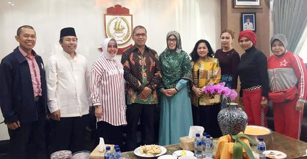 AUDIENSI. Walikota Makassar Ramdhan Pomanto (keempat dari kiri) didampingi isteri, Indira Jusuf Ismail (ketiga dari kiri) foto bersama Ketua Yayasan Jantung Indonesia Sulsel, Majdah M Zain (kelima dari kiri), serta beberapa pengurus YJI Sulsel, yakni Hj Jawahir Latif (keempat dari kanan), Sherly Farouk Beta (ketiga dari kanan),  Sekretaris Deli Djafar (kedua dari kanan), Mesra Kadir (paling kanan), Jamal (paling kiri), dan Asnawin Aminuddin, di Rujab Walikota Makassar, Jumat, 19 Agustus 2016. (ist)