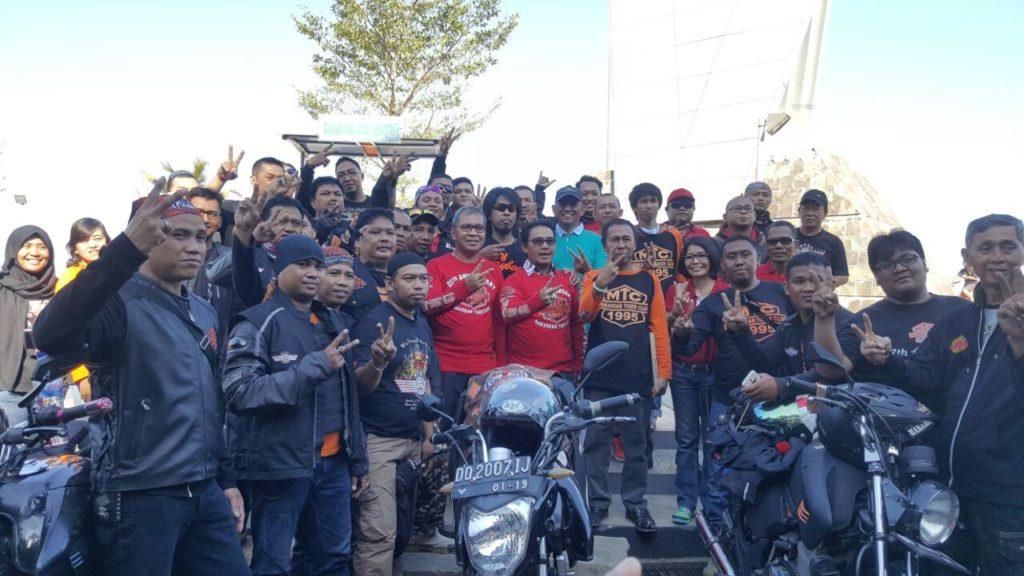 Wali Kota Makassar, Danny Pomanto saat melepar rombongan komunitas MTC di Anjungan Pantai Losari. Jum'at, (19/082016)