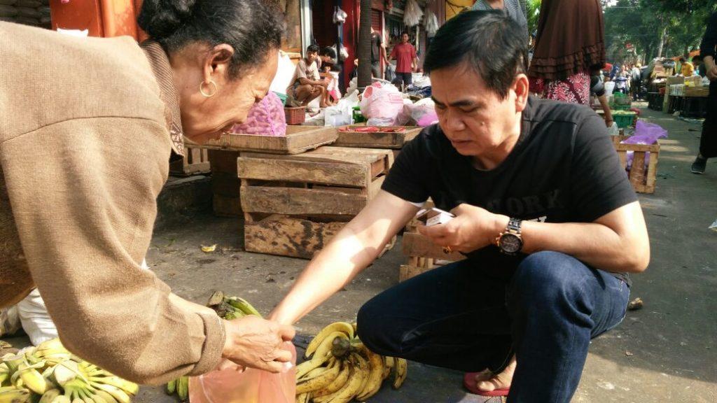 Andi Mustaman Sapa Pedangang di Pasar Tradisional Pabaeng-baeng Makassar