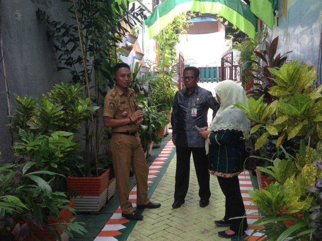 Asisten II Pemkab Polman, Drs Darwin Badaruddin saat mengunjungi lorong Garden di RT 09 RW 08 Kelurahan Bangkala, Kecamatan Manggala, Selasa, (06/12/2016).