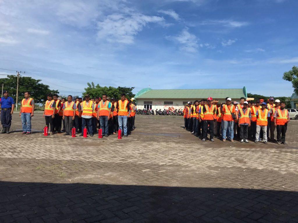 Puluhan petugas Pemadam Kebakaran (Damkar) Kota Makassar mengikuti pelatihan kesiagaan balakar dan pemadam di Tanjung Bunga Kecamatan Tamalate, Selasa, (06/12/2016).