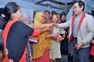 Kunjungan Ketua Yayasan Bhakti Bumi Persada yang membina STIE Wira Bhakti Makassar, HA Mustaman membuat heboh Warga Kelurahan Karuwisi Utara, Kecamatan Panakkukang, Makassar, Jum'at (06/1/2017) Malam.