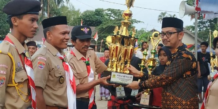 Penyerahan piala bergilir perkemehan pramuka madrasah se-Kabupaten Takalar dari Kakanwil Kemenag Sulsel, Minggu (14/10/2018).