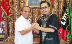 Siddiq BM dan Ryan Latief melakukan salam komando di kantor SP KEP KSPSI dan Markas Besar FKRI Front Kedaulatan Rakyat Indonesia, Jumat (19/7/2019)