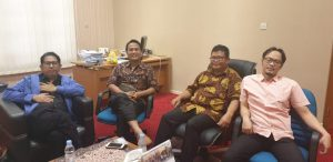 Ketua Umum PB IDI Dr Daeng M Faqih SH MH bersama direktur lembaga riset PB IDI Dr Marhaen Hardjo Ph.D