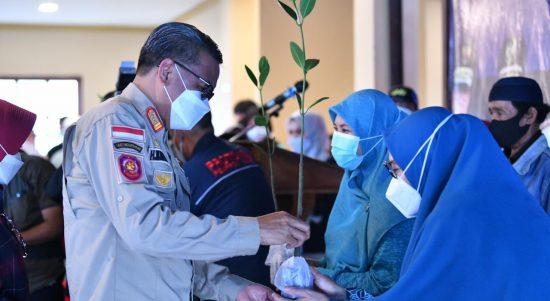 Gubernur - Ketua PKK Sulsel Bagikan 1.000 Bibit Mangrove di Galesong