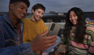 Ilustrasi akses 5G dengan smartphone