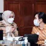 Sekda Gowa, Kamsina berbicang dengan Kepala BPJS Kesehatan Cab. Utama Makassar, Esthy Liana Borotoding